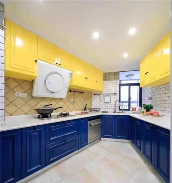 廚房使用率很高,所以在裝修中要注意每一個細節,盡量減少日后生活的不便和煩惱,這里有8個廚房裝修訣竅,拿走不謝!  頂面    中國家庭的廚房,炒、煎、蒸、炸、煮,整天都是煙熏火燎的,那么吊頂呢,最好是選擇抗老化,易擦洗的材料。 墻面    現身說法,小編自個兒家里做的就是瓷磚貼到頂,方便擦洗,有啥污漬一眼就看的到。 臺面 1、高度 臺面的高度應以家里最常做飯的人身高為依據,通常高度為80-85cm。 2、材料 選用防水、防火、易清潔的材料來做臺面。另外,櫥柜背面加一個擋水板,高出臺面一點,防止水流到櫥柜后