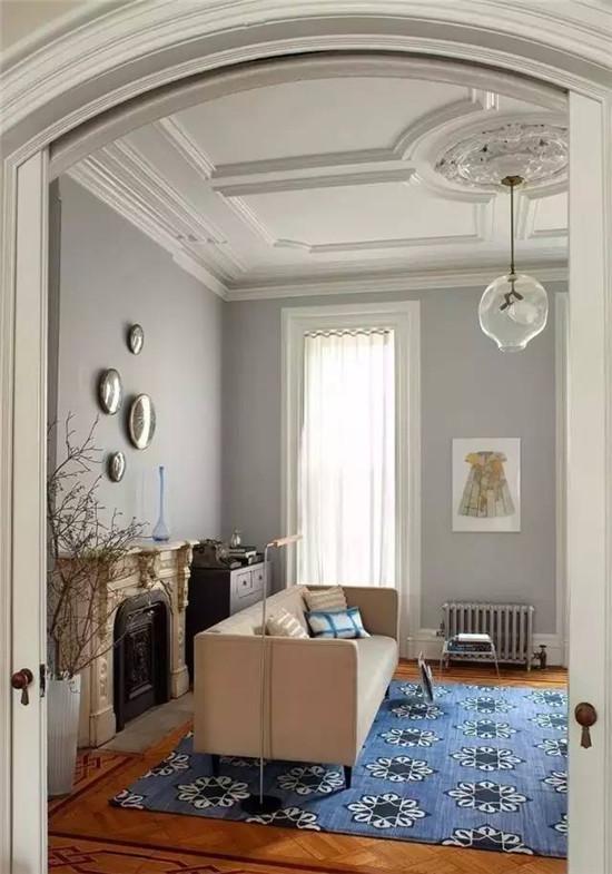 家装石膏线如何选购?石膏线一般运用到哪些地方? 石膏线可以运用到室内墙顶结合部、门套、顶角、檐口、门楣、穹顶、廊柱等等,选购石膏线的时候主要看什么呢?  石膏线的运用及选购 石膏装饰线及装饰花是目前普遍选用的装饰材料。这种产品是用石膏粉加玻璃纤维做筋而制成,多以欧式的艺术风格展现各种花形,线条,还制有浮雕花样和人物造型。